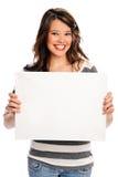 Mujer joven atractiva con la muestra en blanco Imagen de archivo libre de regalías