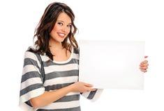 Mujer joven atractiva con la muestra en blanco Fotos de archivo libres de regalías