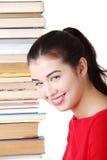 Mujer joven atractiva con la pila de libros. Imagenes de archivo