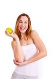 Mujer joven atractiva con la risa de la manzana Foto de archivo libre de regalías