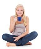 Mujer joven atractiva con la taza de café Fotos de archivo libres de regalías