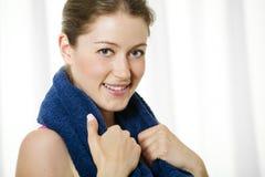 Mujer joven atractiva con la toalla alrededor de su cuello Fotografía de archivo libre de regalías