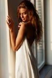 Mujer joven atractiva con la ventana que hace una pausa trasera desnuda Fotos de archivo libres de regalías