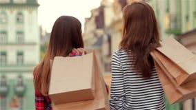 Mujer joven atractiva con las bolsas de papel almacen de video
