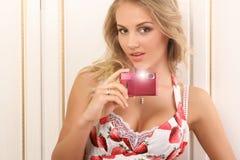 Mujer joven atractiva con las cámaras digitales Imagenes de archivo
