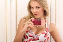 Mujer joven atractiva con las cámaras digitales Foto de archivo