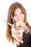 Mujer joven atractiva con las tijeras que señala en usted Foto de archivo libre de regalías