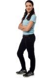 Mujer joven atractiva con los brazos cruzados fotos de archivo libres de regalías