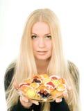 Mujer joven atractiva con los caramelos de la fruta Foto de archivo libre de regalías