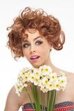Mujer joven atractiva con los ojos azules hermosos con las flores blancas brillantes Foto de archivo