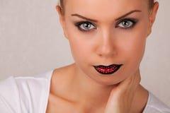 Mujer joven atractiva con maquillaje creativo de los labios Imagen de archivo libre de regalías