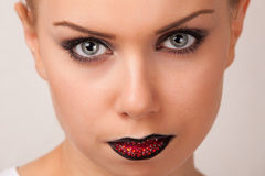 Mujer joven atractiva con maquillaje creativo de los labios Imagen de archivo