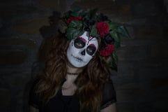 Mujer joven atractiva con maquillaje mexicano del cráneo del azúcar Foto de archivo libre de regalías