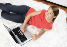 Mujer joven atractiva con un ordenador imágenes de archivo libres de regalías