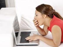 Mujer joven atractiva con un ordenador Imagen de archivo