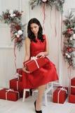 Mujer joven atractiva con un regalo de la Navidad foto de archivo