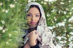 Mujer joven atractiva con una bufanda en su cabeza Fotografía de archivo libre de regalías