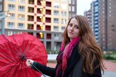Mujer joven atractiva con una expresión dolida en su control de la cara imagen de archivo