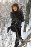 Mujer joven atractiva con una pistola Imágenes de archivo libres de regalías