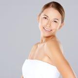 Mujer joven atractiva con una sonrisa hermosa Imagen de archivo libre de regalías