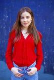 Mujer joven atractiva, contra la perspectiva de la pared azul marino Fotografía de archivo libre de regalías