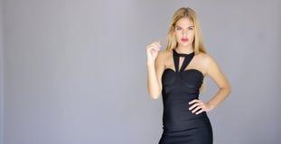 Mujer joven atractiva Curvaceous que presenta en vestido elegante fotografía de archivo libre de regalías