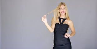 Mujer joven atractiva Curvaceous que presenta en vestido elegante imagen de archivo libre de regalías
