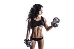 Mujer joven atractiva de la aptitud en desgaste del deporte con el entrenamiento perfecto del cuerpo de la aptitud con pesas de g Imagenes de archivo