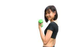 Mujer joven atractiva de la aptitud que lleva a cabo pesas de gimnasia aisladas Fotos de archivo libres de regalías
