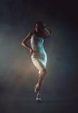 Mujer joven atractiva de la belleza en el vestido blanco Fotografía de archivo