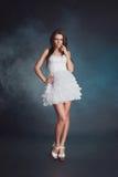 Mujer joven atractiva de la belleza en el vestido blanco Imagenes de archivo