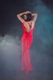 Mujer joven atractiva de la belleza en vestido rojo Fotografía de archivo libre de regalías