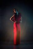 Mujer joven atractiva de la belleza en vestido rojo Imágenes de archivo libres de regalías