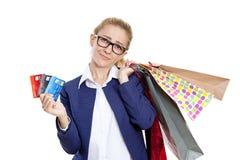 Mujer joven atractiva de la deuda de la tarjeta de crédito Imágenes de archivo libres de regalías