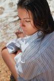 Mujer joven atractiva de relajación Imagen de archivo libre de regalías