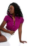 Mujer joven atractiva del afroamericano que se relaja Imagen de archivo