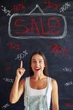 Mujer joven atractiva emocionada sobre las inscripciones de la venta en los vagos Fotos de archivo