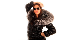 Mujer joven atractiva en abrigo de pieles Fotos de archivo