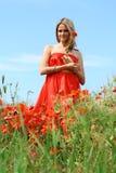 Mujer joven atractiva en alineada roja Imagenes de archivo