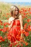 Mujer joven atractiva en alineada roja imágenes de archivo libres de regalías