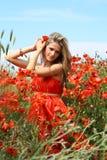 Mujer joven atractiva en alineada roja imagen de archivo libre de regalías