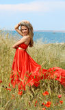 Mujer joven atractiva en alineada roja Imagen de archivo