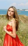 Mujer joven atractiva en alineada roja foto de archivo
