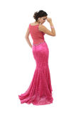 Mujer joven atractiva en alineada rosada elegante Fotos de archivo libres de regalías