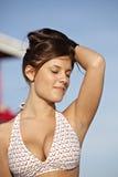 Mujer joven atractiva en bikiní fotografía de archivo