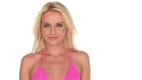 Mujer joven atractiva en bikini rosado almacen de metraje de vídeo