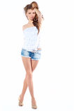 Mujer joven atractiva en cortocircuitos imagen de archivo libre de regalías