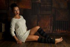Mujer joven atractiva en el ajuste blanco del suéter y del grunge Fotografía de archivo libre de regalías