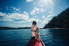 Mujer joven atractiva en el barco en las zonas tropicales Fotos de archivo
