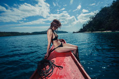 Mujer joven atractiva en el barco en las zonas tropicales Imagen de archivo